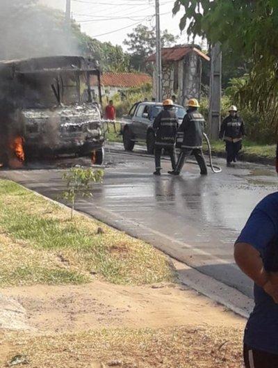 Un autobús chatarra se incendia en M. R. Alonso