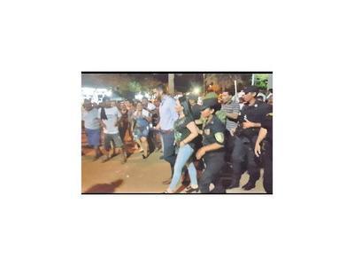 Los manifestantes expulsan a senadora Bajac en Concepción