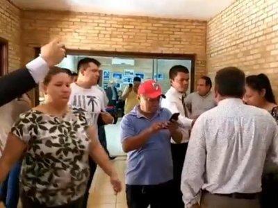 En medio de incidentes, concejales dieron entrada a destitución de McLeod