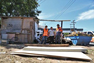 Asisten a familia tras destrucción de vivienda por accidente de tránsito