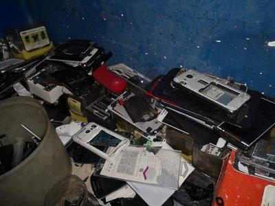 Allanaron el Mercado 4 y encontraron miles de celulares robados