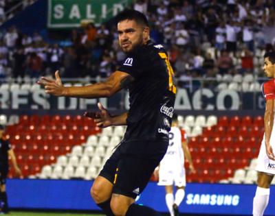 Olimpia borra con goles uno de sus asteriscos y apabulla a Nacional