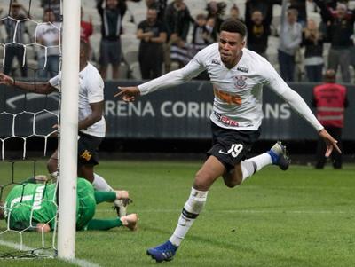 Gustavo evitó la caída del Corinthians en su Arena