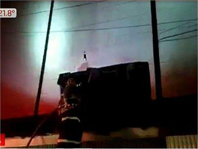 Incendio afecta a varios locales en galería de Ciudad del Este