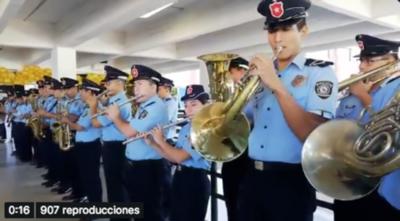 """HOY / Banda de la Policía tocó """"La vaca Lola"""" para los pequeños pacientes oncológicos"""
