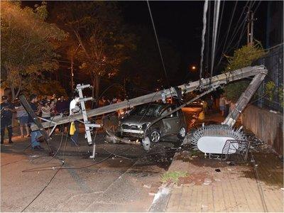 Conductor queda herido tras chocar contra una columna