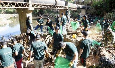 El Ejército y 250 voluntarios limpiaron cauce del Mburicaó