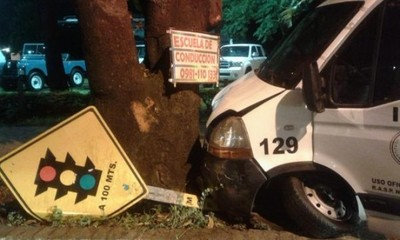 Ambulancia choca contra un árbol en Curva de la Muerte