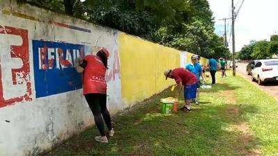 Estudiantes sacan propaganda política de la muralla de colegio