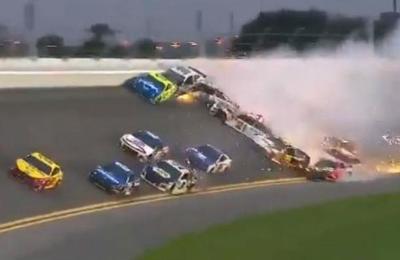 El impresionante choque de más de 20 autos en una carrera de NASCAR