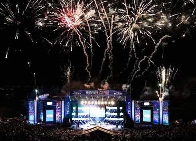 """Reciclarte 2019: Un Fito Páez """"brillante sobre el mic"""" hizo cantar y saltar a 15.000 personas y tiño de """"teknicolor"""" la noche veraniega"""