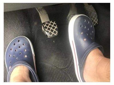 Ligarán multa los que conduzcan con Crocs