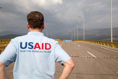 """Piden a soldados venezolanos a """"hacer lo correcto"""" con la ayuda humanitaria"""