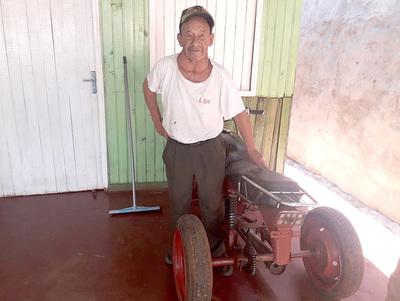 Anciano enfermo de 80 años reclama subsidio que le cortaron injustamente