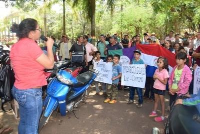 Campesinos exigen camino, electrificación y rubros para docentes