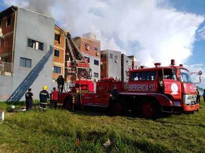 Reportan incendio en un edificio de Encarnación