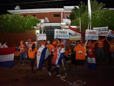 Manifestantes exigen a Enrique Bacchetta que renuncie al JEM