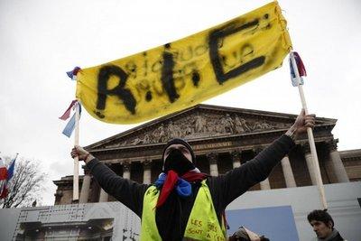 """Chalecos amarillos"" se manifiestan por 15ª semana consecutiva en Francia"