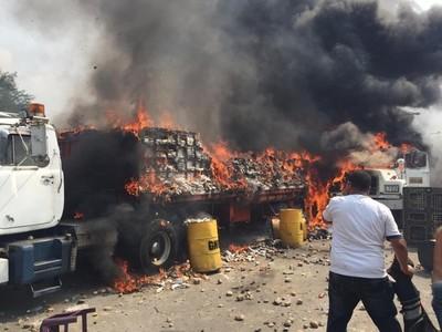 El régimen chavista incendió tres camiones con asistencia