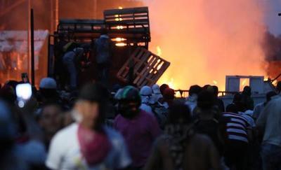 """Choques en Venezuela dejan dos muertos, Guaidó pide mantener abiertas """"todas las opciones"""""""