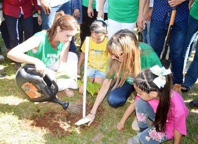 Mujeres lideraron evento de arborización en el país, ayer