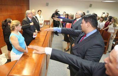 Magistrados prestan juramento ante ministros de la Corte