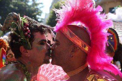 Negro, femenino, anticonservador: carnaval de Río responde a Bolsonaro