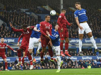 Liverpool empata ante Everton y cede la cima
