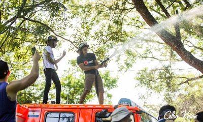 Móvil de bomberos utilizado como carroza de carnaval por político