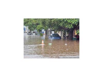 Lluvia dejó calles y avenidas inundadas