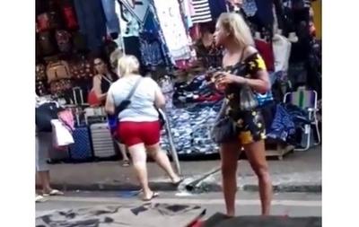 """La bruja """"Ursula"""" travesti en el Mercado 4"""