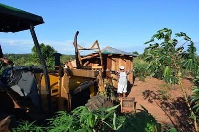 Mujer enfrenta a un tractor en pleno desalojo