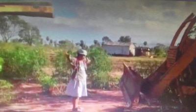 Abuela se puso frente a un tractor para defender vivienda de su nieto