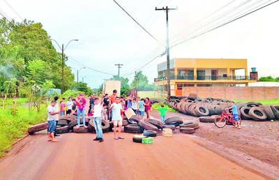 Vecinos del Km 10 exigen el retiro de neumáticos viejos recolectados