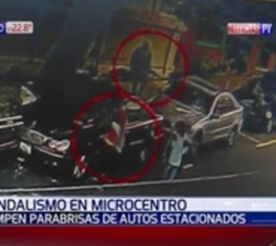 Jóvenes destrozaron autos estacionados tras salir ebrios de una disco