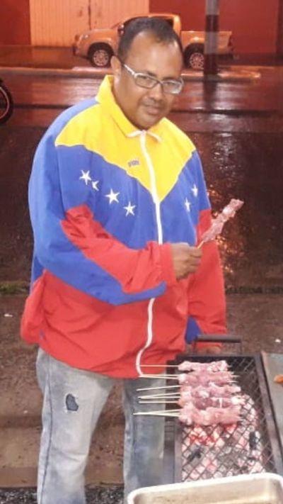 Era concejal departamental en Venezuela, ahora vende asaditos en Coronel Oviedo