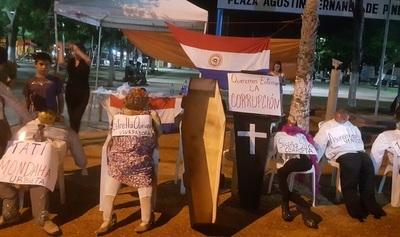 Concepción: Indignados simbolizan entierro de la corrupción