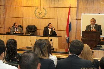 Juez habló de razonamiento y resolución judicial