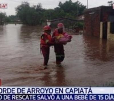 Bomberos rescatan a bebé de 15 días tras desborde de arroyo
