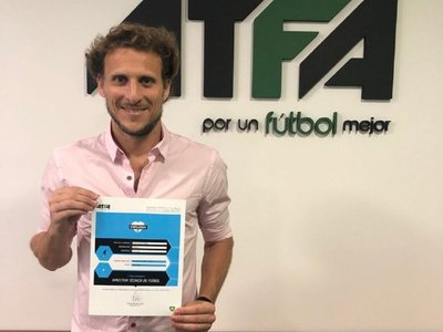 Diego Forlán ya tiene su título de entrenador en Argentina