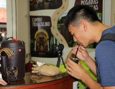 Youtuber taiwanés, en Asunción, admiró la artesanía paraguaya