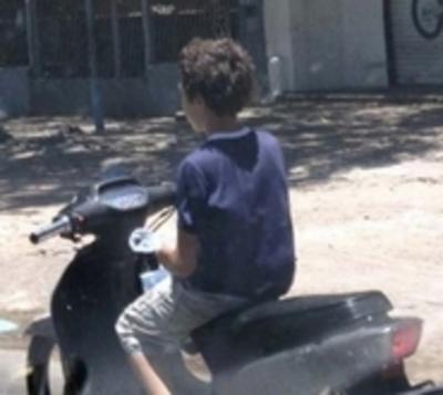 Menor en motocicleta atropella a pequeña de 10 años
