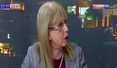 HOY / Presidenta de amas de casa pide 'español decente' a domésticas para pagarles el mínimo