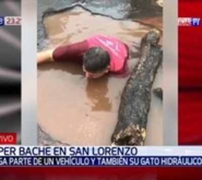 Bache en San Lorenzo se traga parte de un vehículo y un gato