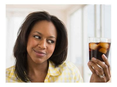 Mujeres: Tomar bebidas azucaradas sube riesgo de muerte prematura