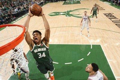 Bucks y Sixers, duelo de playoffs