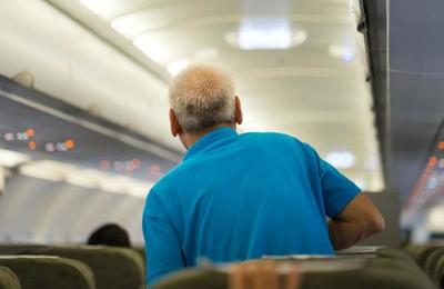 Feroz pelea arriba de un avión todo porque uno de los pasajeros fue al baño sin zapatos