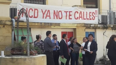 HOY / Manifestación en Diputados: Cuevas ninguea a trabajadores y premia a sus leales
