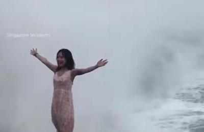 Turista se quiso tomar la foto perfecta y fue azotada con fuerza por una ola