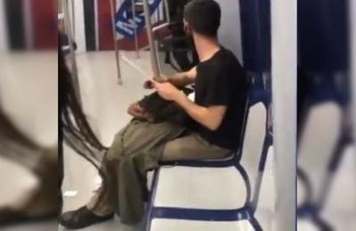Español causó terror al afilar un cuchillo en el metro: es un cortador de jamón y se dirigía a su trabajo